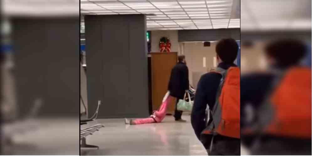 Arrastró a su hija en pleno aeropuerto, por una 'pataleta'