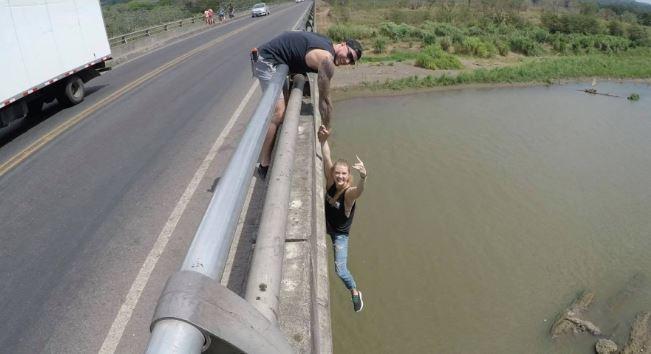 Se tomó una foto colgando sobre un río lleno de cocodrilos