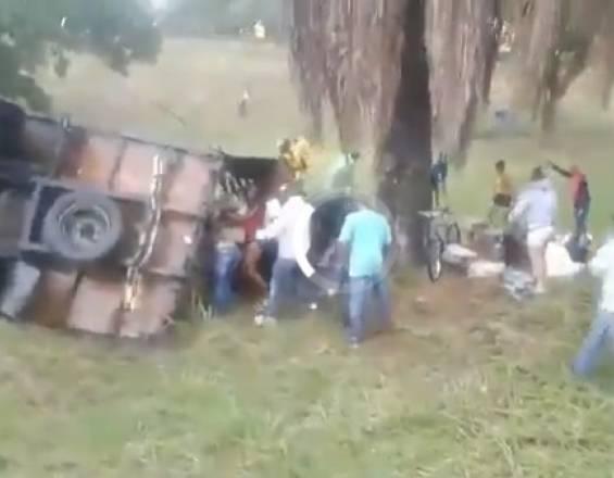 Se accidentaron y los robaron en vez de ayudarlos