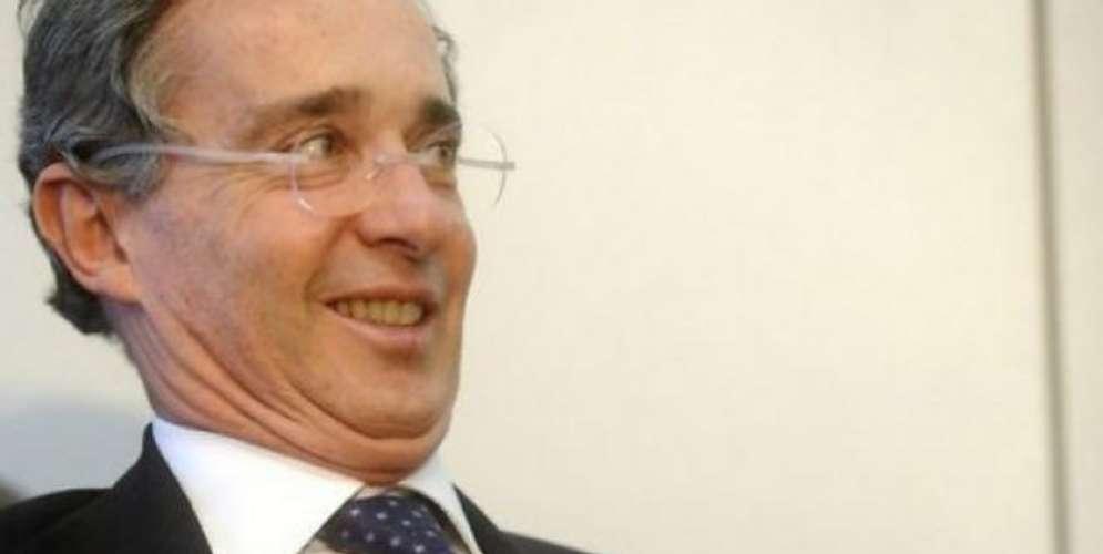Una mujer dice que Álvaro Uribe se le aparece y la asusta en sueños