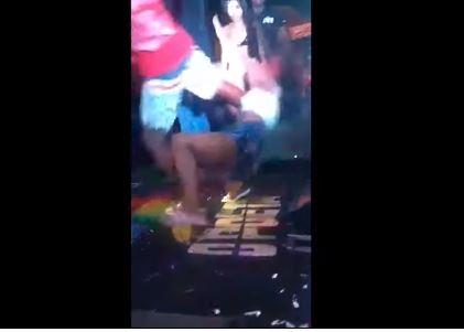 ¡Reprochable video!: Le pegó una patada a su novia po...