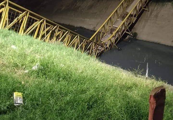 Se cayó puente con tres personas encima en el Poblado