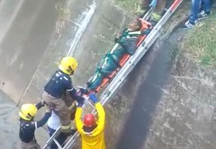 ¡En el barrio Meléndez! Hombre cayó a canal de aguas residuales