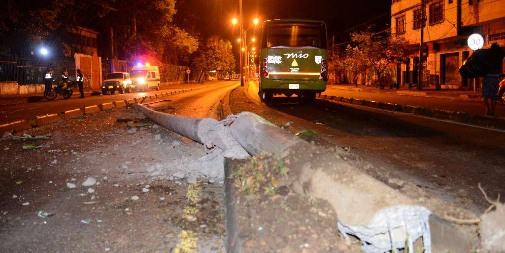 En Santa Librada: A un bus del MIO solo lo detuvo un poste