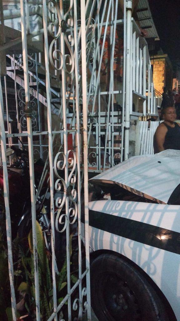Patrulla terminó dentro de una casa por esquivar a una niña