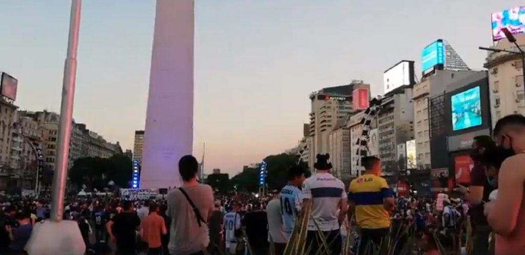 Desde el Obelisco, Argentina llora inconsolable a Maradona