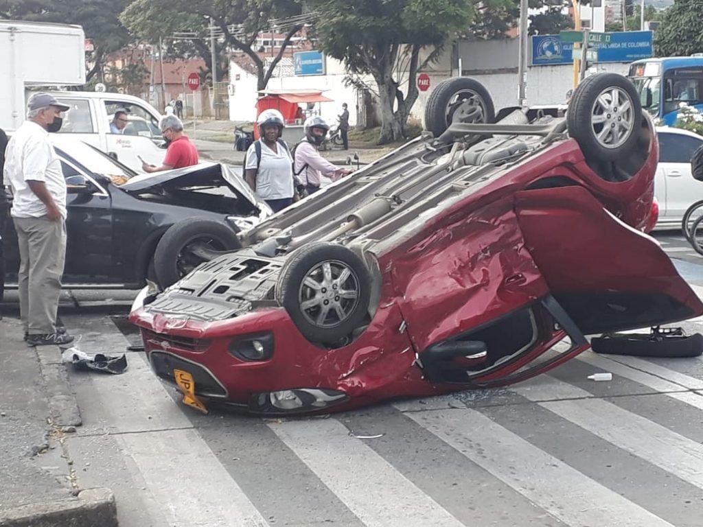 ¡Dos carros chocaron y uno terminó volcado!