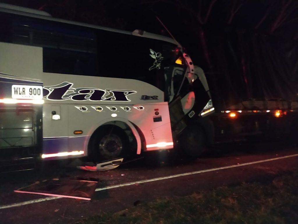 Aparatoso accidente entre un bus y un camión en la vía Cali - Armenia