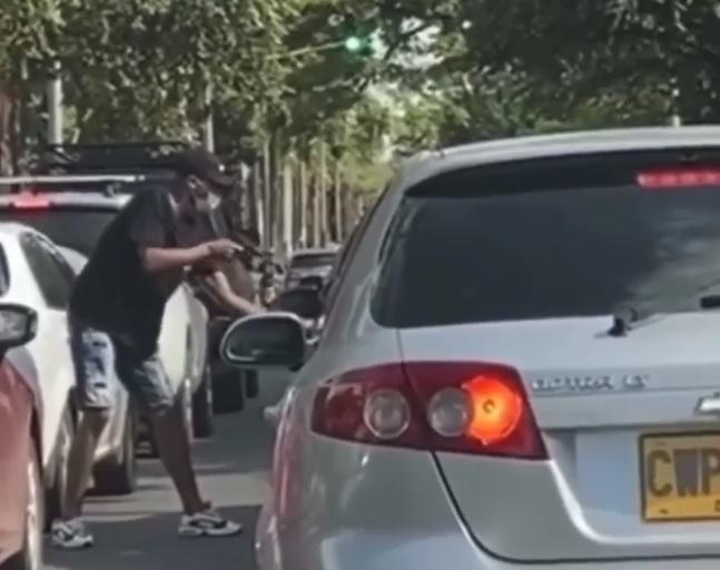 Ladrón pateó y golpeó un carro en intento de robo en la Avenida Pasoancho