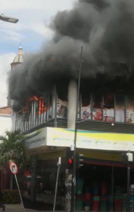 Controlan feroz incendio en un almacén en Palmira