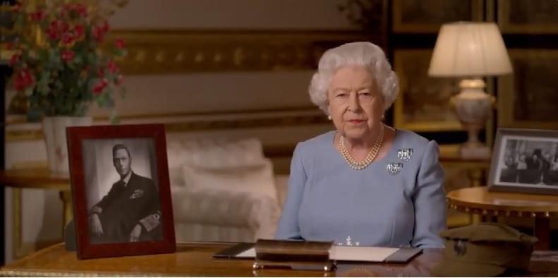 Manifestantes derriban estatuas de las reinas Victoria e Isabel II en Canadá