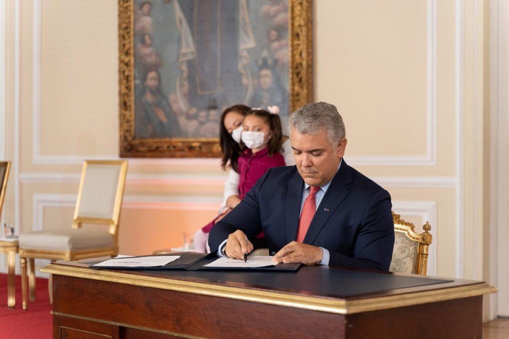 Duque sanciona ley que reduce la jornada laboral