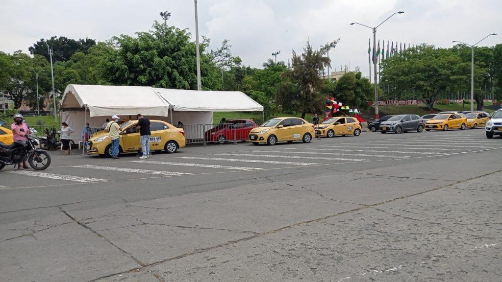 Taxistas y caleños hacen fila para vacunarse este sábado