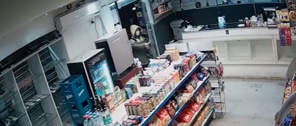 ¡Descarados! Ladrones atendieron hasta una clienta para evitar sospechas