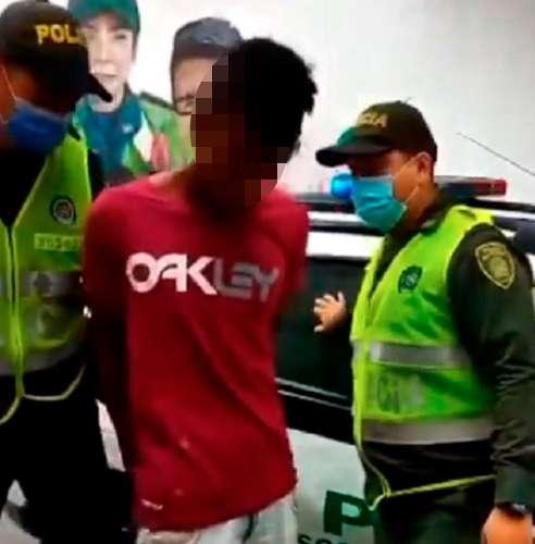 Lo capturaron, con el cuchillo lleno de sangre, tras apuñalar a su víctima