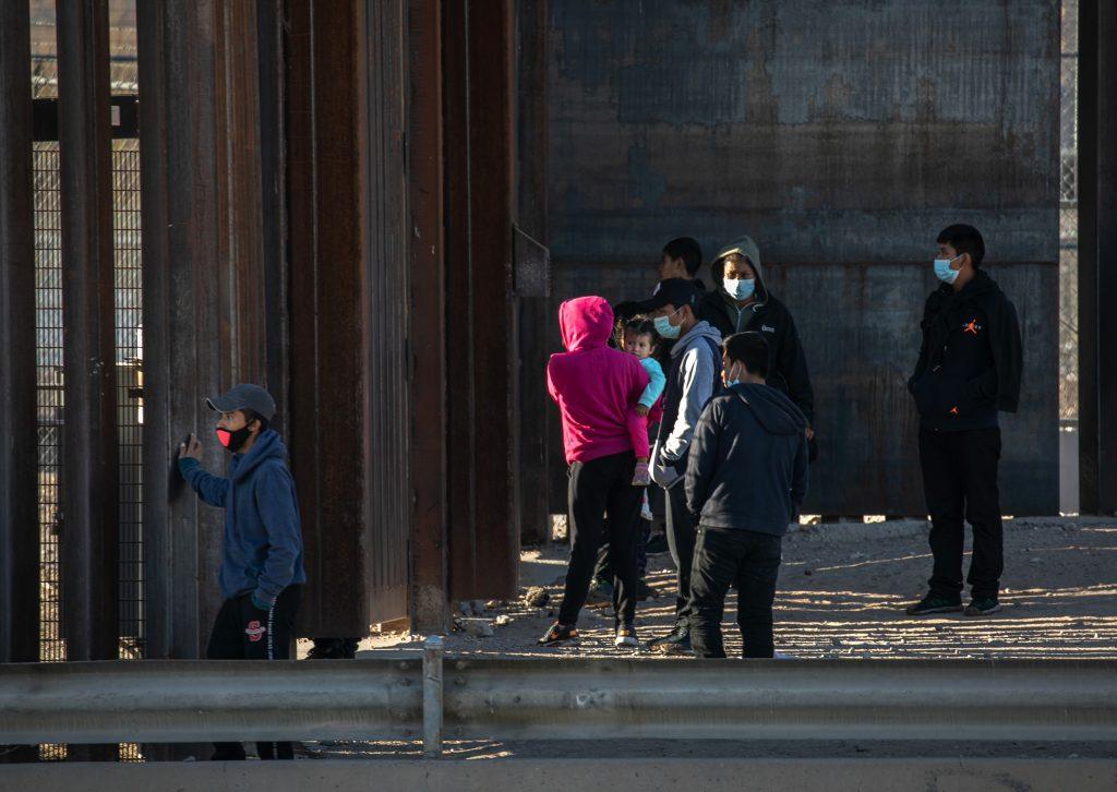 Una mujer colombiana y su hija menor de edad han fallecido en Arizona tras cruzar la frontera de México con Estados Unidos en medio de una intensa ola de calor.